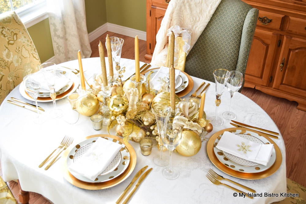 Gold-themed Christmas Tablesetting